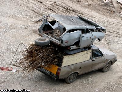 Una o acoperă pe cealaltă maşină