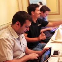 Auras Mihai cu un Eee Pad Slider la ASUS Social Media Meet