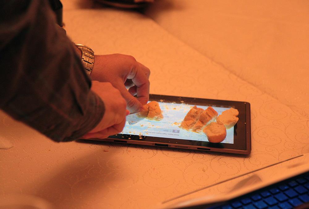 Cum se taie paine pe o tableta Transformer la ASUS Social Media Meet