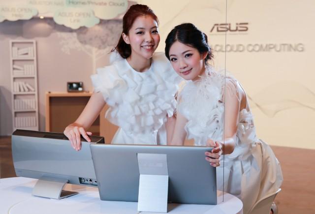 Două asiatice simpatice ne dau mai multe indicii despre lucrul în tandem cu ASUS Transformer AiO
