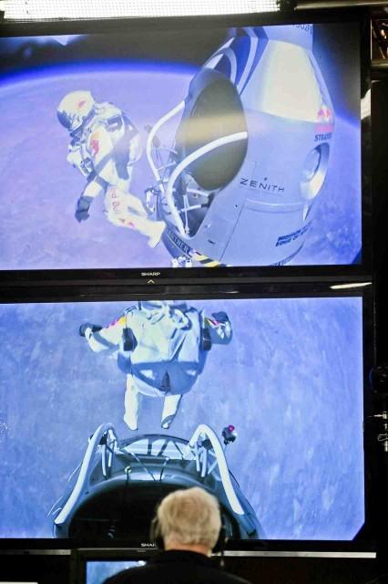 Felix Baumgartner in timpul sariturii din capsula la 39000 metri